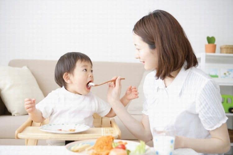 Biểu hiện và nguyên nhân gây bệnh đau dạ dày ở trẻ 2