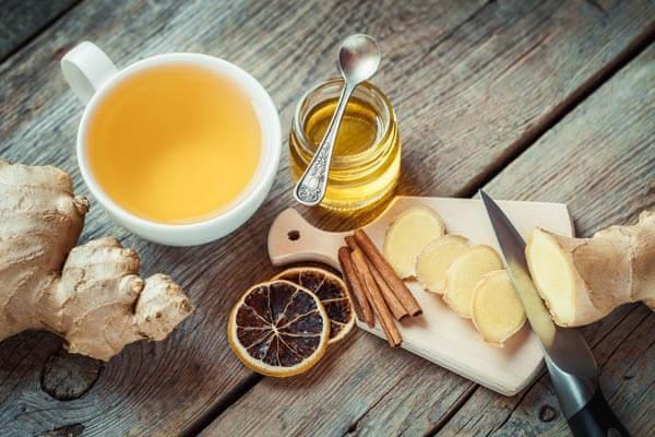 Pha trà gừng uống là một trong những cách cải thiện tình trạng trào ngược phổ biến của dân gian